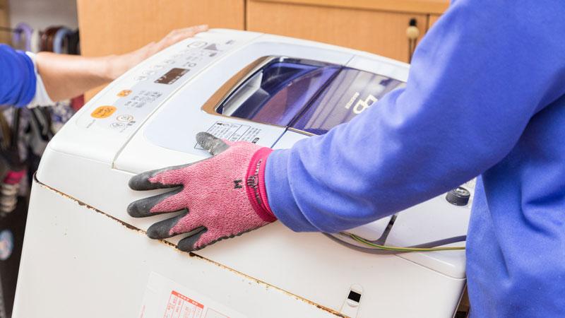 廃棄する洗濯機を運ぶイメージ写真