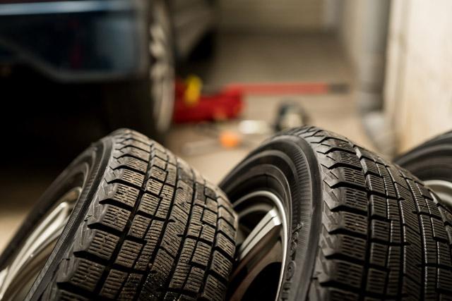ガレージに置いてある不要なタイヤのイメージ写真