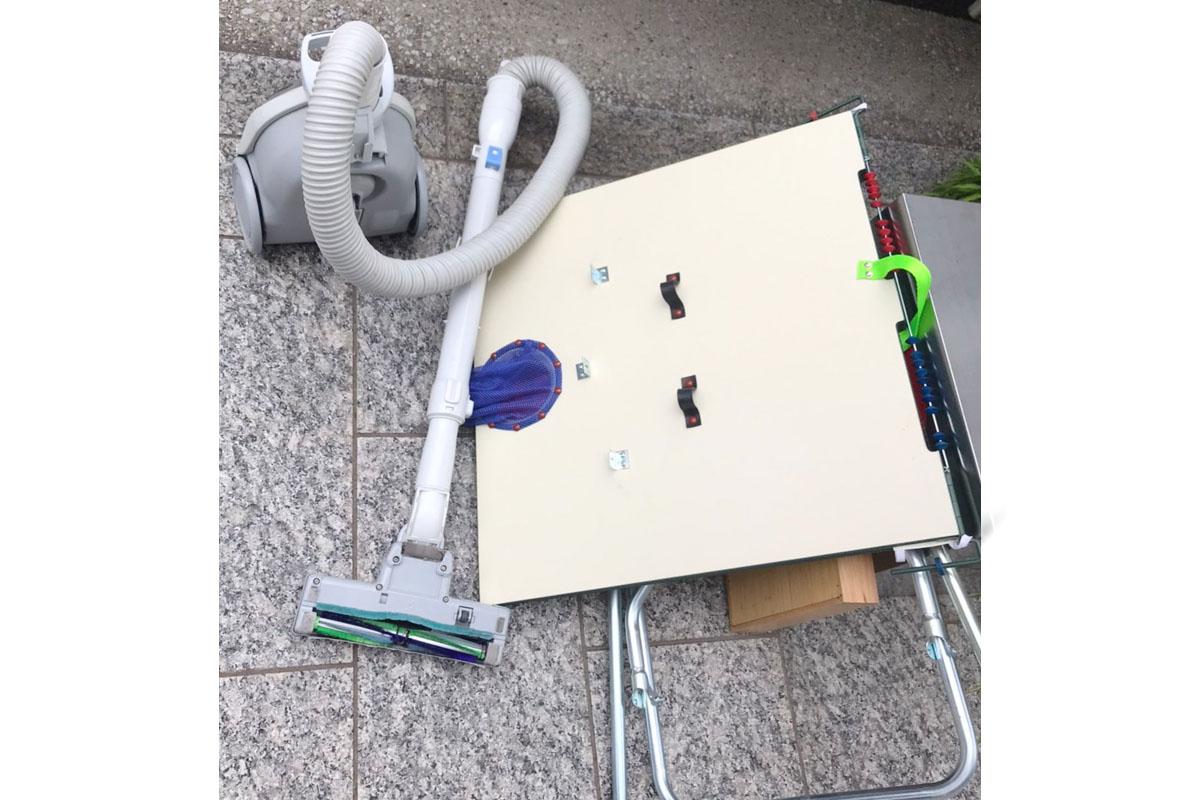 大阪市北区にて回収したテーブル、掃除機等不用品の写真