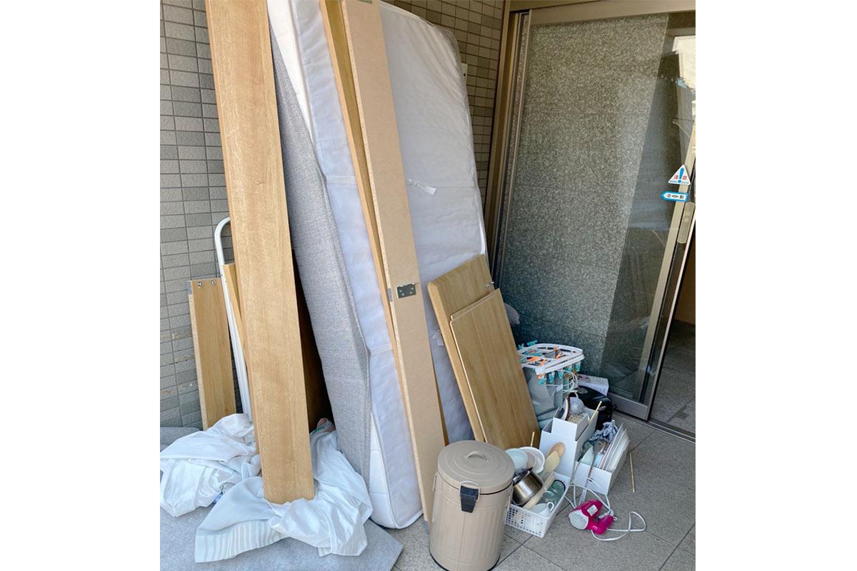 京都市右京区にて回収したベッド、テーブル、ゴミ箱他不用品の写真
