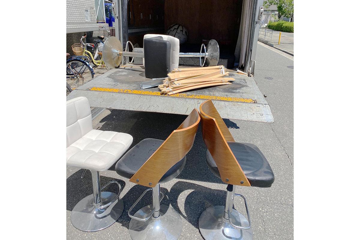 大阪市西淀川区にて回収したカウンターチェア他不用品の写真