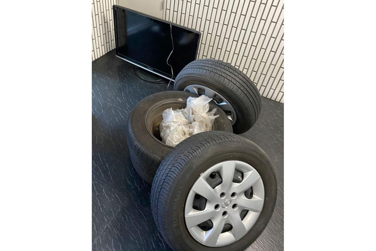 大阪市西成区にて回収したテレビ、タイヤ付きホイール等不用品の写真