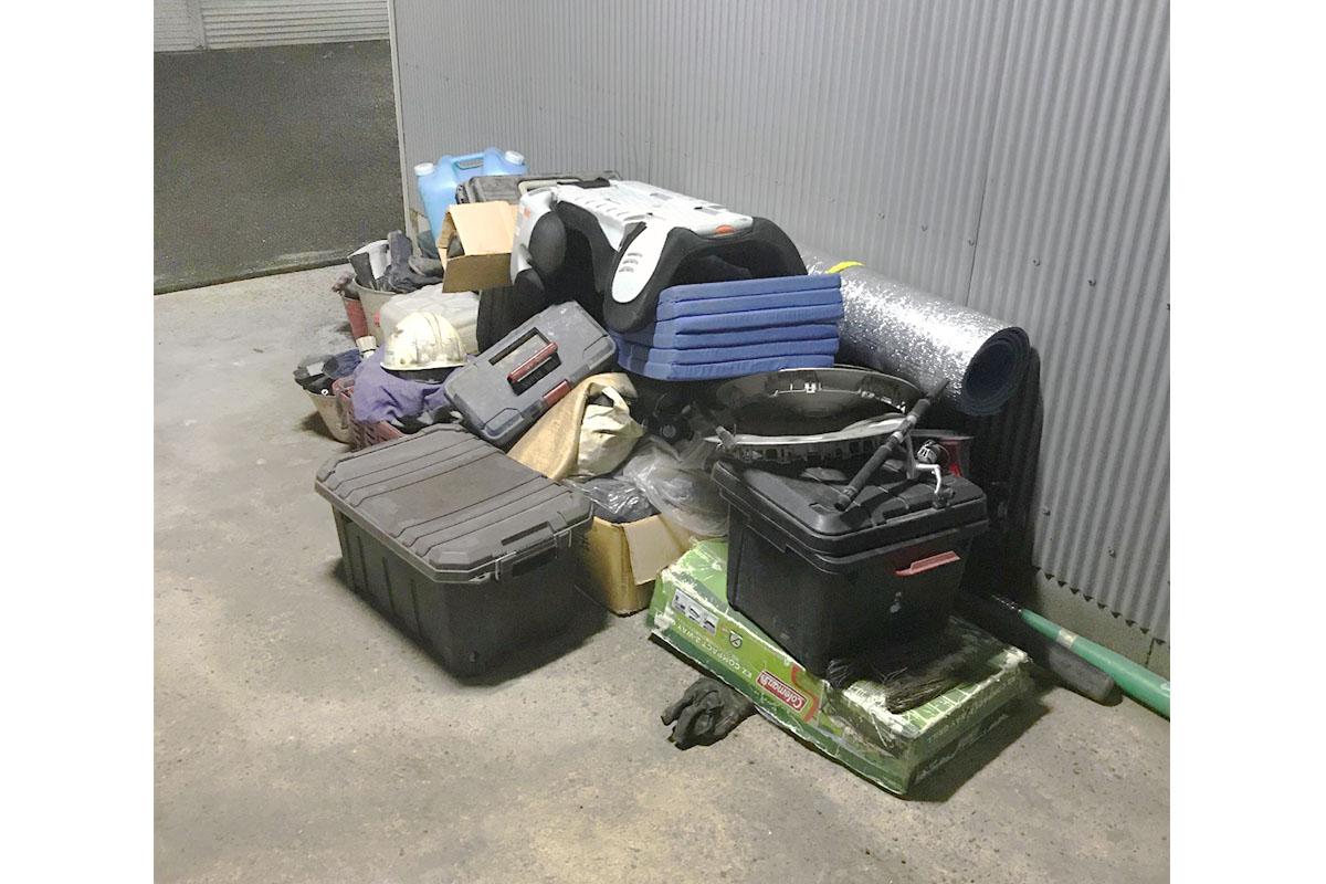 大阪市東住吉区にて回収したガレージ内の不用品の写真