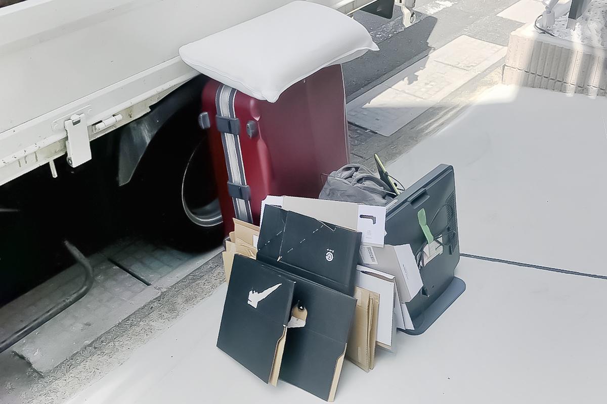 京都府向日市にて回収したスーツケース等不用品の写真