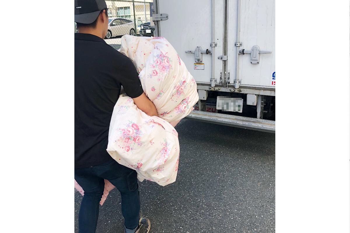 大阪市淀川区にて布団を回収している写真