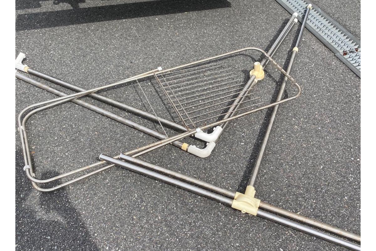 大阪府箕面市にて回収した物干し竿と布団干しの写真