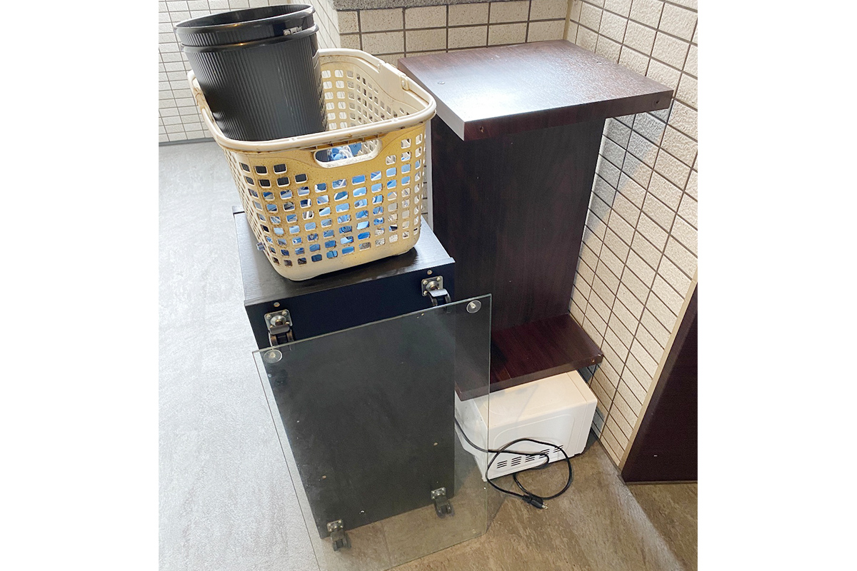 大阪市中央区にて回収したテーブルやチェストなど不用品の写真