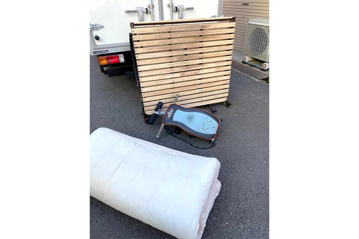 大阪府八尾市にて回収したトレーニング器具やマットレス等不用品の写真