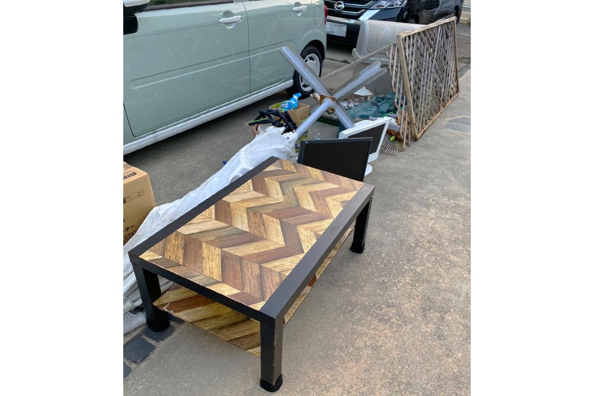 兵庫県伊丹市にて回収したテーブルやパラソルなど不用品の写真
