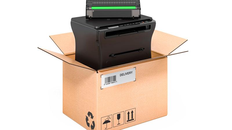 処分するプリンターと梱包箱のイメージ写真