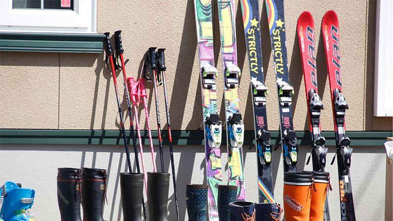 スキー板やストック、シューズのイメージ写真