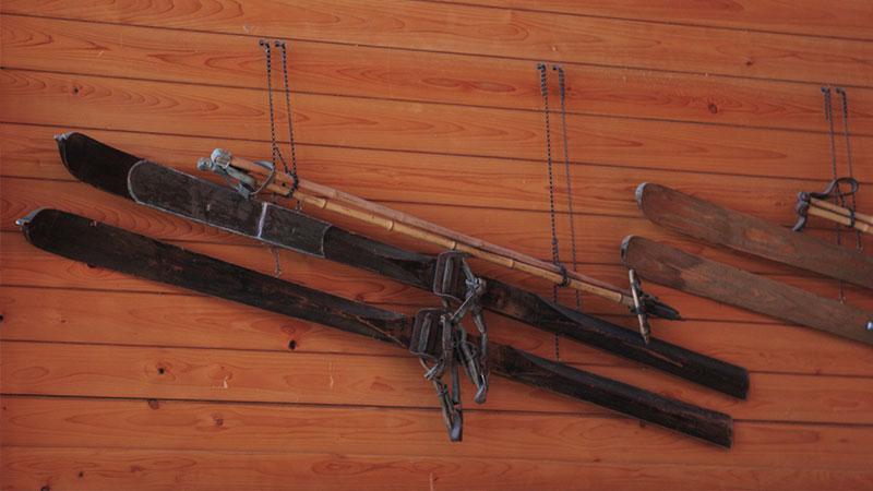 壁にかかったスキー板のイメージ写真