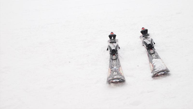 雪面に置いてあるスキー板のイメージ写真