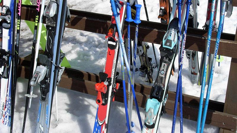立てかけているスキー板のイメージ写真