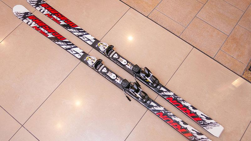 床に置いたスキー板のイメージ写真
