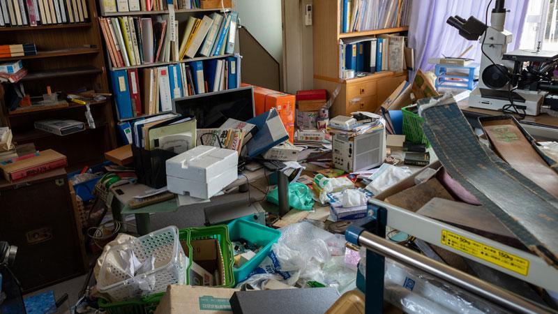 ゴミや不用品で埋まった部屋のイメージ写真