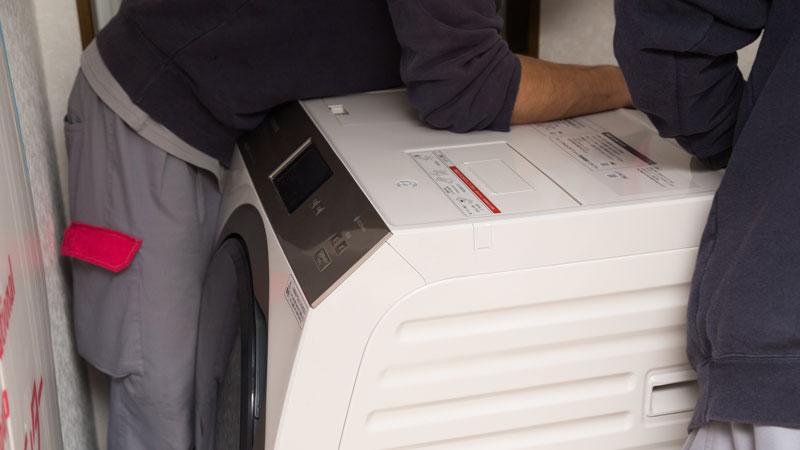 洗濯機の取り外しをするイメージ写真
