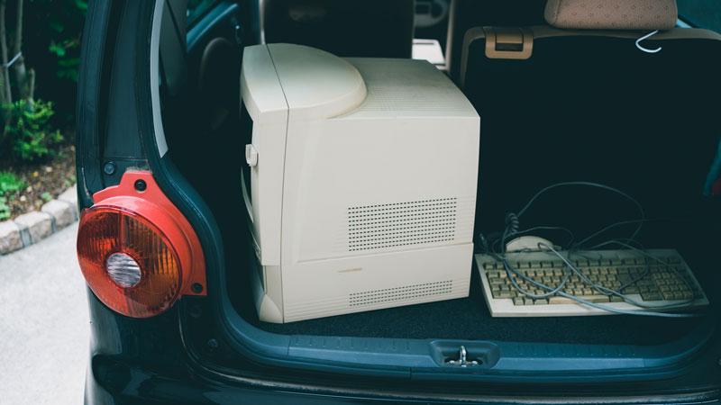 車に積んだ不要なパソコンのイメージ写真